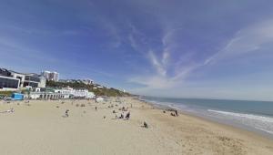 pessoas caminhando na praia