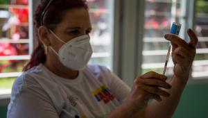 Profissional da saúde prepara dose da vacina cubana Abdala contra a Covid-19