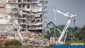 Escavadeiras retiram escombros de desabamento de prédio em Miami