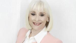 Raffaella Carrà sorrindo para a foto