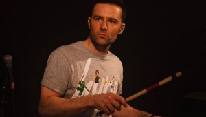 Harry Judd, do McFly, tocando bateria