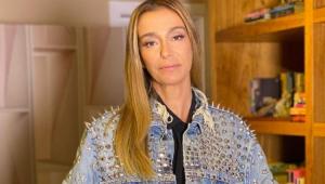 Mônica Martelli séria usando uma jaqueta jeans