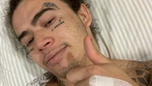 Whindersson Nunes deitado em uma cama de hospital