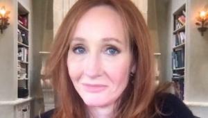 J.K Rowling com um leve sorriso