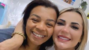 Valquíria Nascimento sorrindo e abraçada com Deolane Bezerra