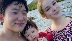 Pyong Lee com o filho no colo e Sammy ao lado