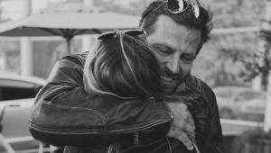 Sabrina Caminski abraçada com Henri Castelli