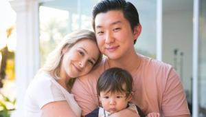 Sammy abrançando Pyong, que está com o filho, Jake, no colo
