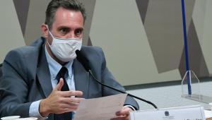 Vendedor de vacina com máscara