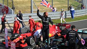 Lewis Hamilton comemora vitória com a bandeira do Reino Unido
