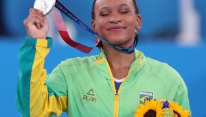 A ginasta Rebeca Andrade segurando sua medalha de prata