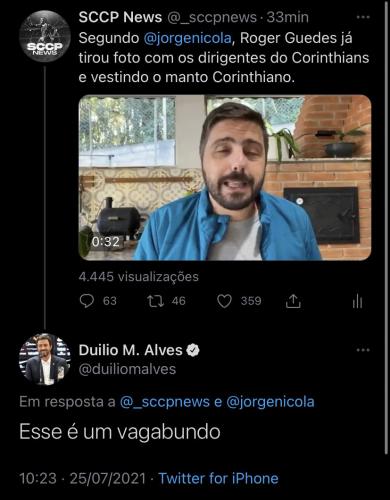 """Em uma conversa no Twitter, perfil  direcionado ao Corinthians diz: """"Segundo Jorge Nicola, Róger Guedes já tirou foto com dirigentes corintianos e vestiu o manto""""; """"Esse é um vagabundo"""", respondeu Duílio Monteiro Alves"""