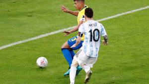 Thiago Silva e Messi disputando jogada em partida válida pela Copa América