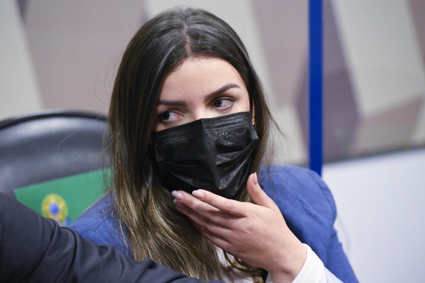 Depoente de máscara auxiliada por advogados