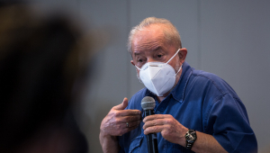 O ex-presidente Lula discursando com máscara