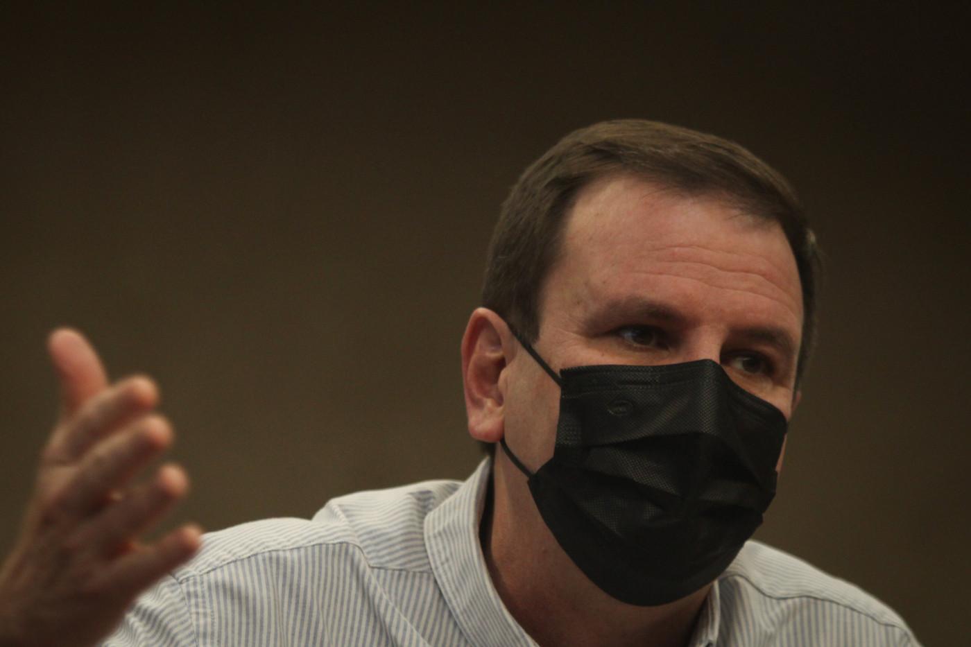 Prefeito Eduardo Paes usa máscara preta e camisa branca