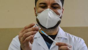 Profissional da saúde prepara dose de vacina para aplicação