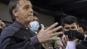 O presidente Jair Bolsonaro na saída do Hospital Vila Nova Star
