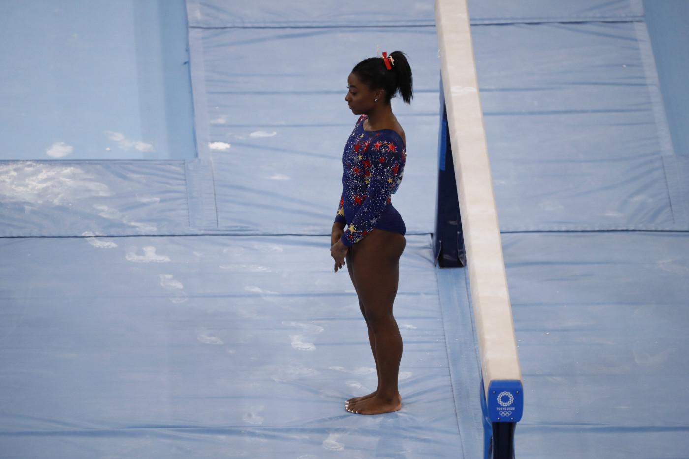 A ginasta Simone Biles, dos Estados Unidos, se apresenta durante a ginástica feminina nos Jogos Olímpicos de Tóquio 2020