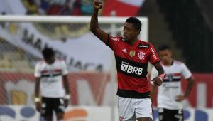 Com dois jogadores são-paulinos cabisbaixos ao fundo, Bruno Henrique comemora