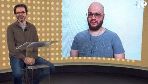 De camiseta cinza, careca, com barba, cavanhaque e óculos, Alysson aparece no telão; no estúdio, Patrick Santos aparece sentado de camisa e calça Jeans