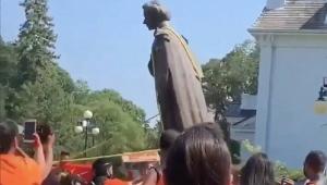 estátua da rainha elizabeth sendo derrubada