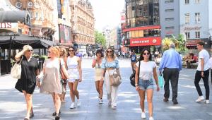 pessoas andando na rua