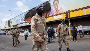 soldados andando na África do Sul