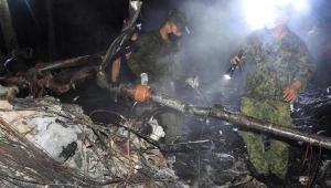 pessoas em escombros de avião nas filipinas