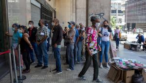 pessoas em fila de banco na venezuela