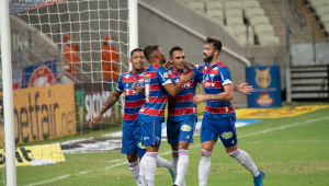 Jogadores do Fortaleza comemorando gol
