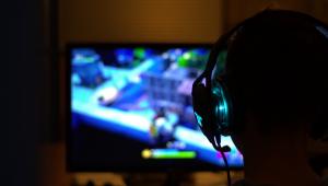 Garoto usa fone de ouvido durante partida do fortnite