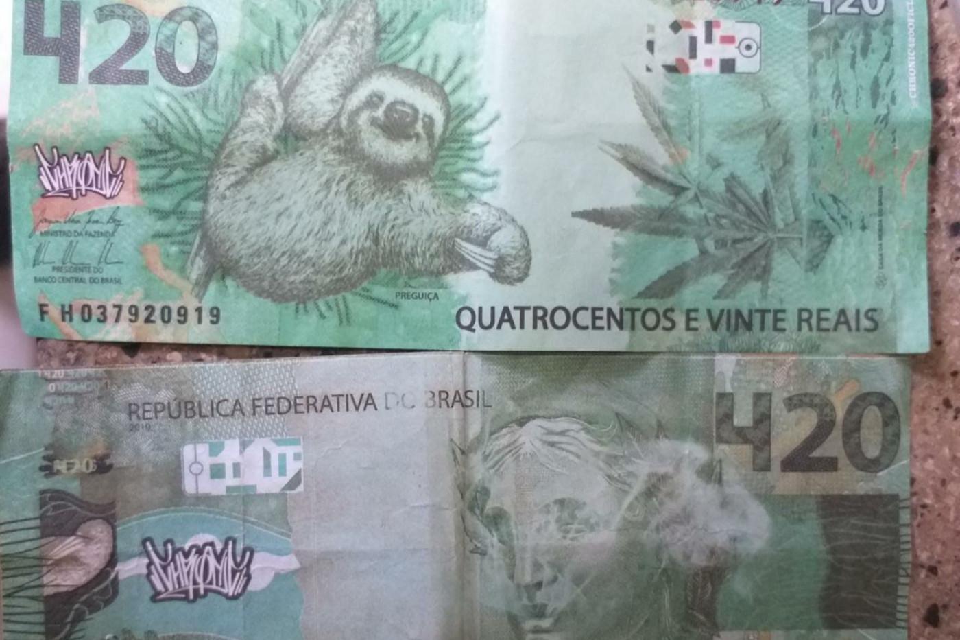 Foto de duas notas de 420 reais falsificadas