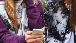 adolescentes segurando celular