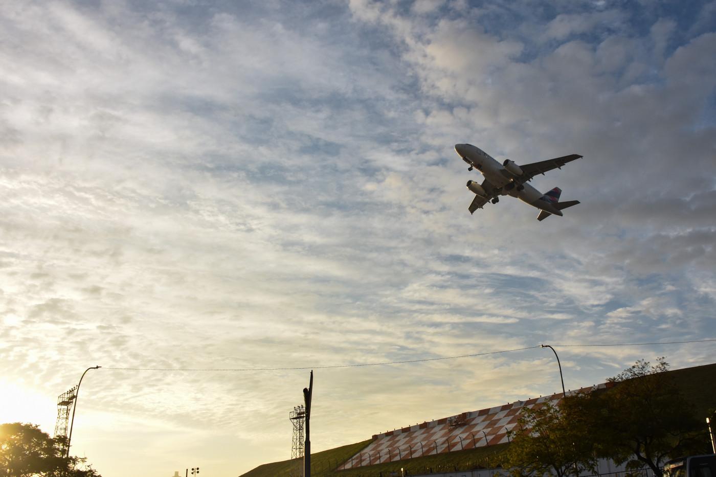 Avião decolando no Aeroporto de Congonhas