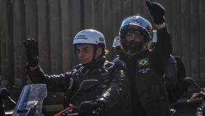 Bolsonaro acenando em cima de moto durante motociata em Porto Alegre