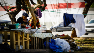 Pessoa em situação de rua prepara comida