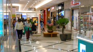 Pessoas fazendo compras em shopping