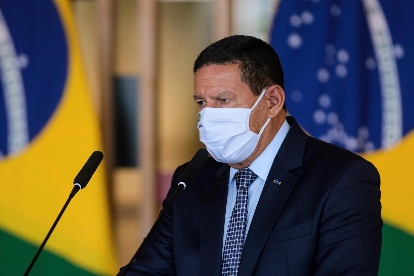 Hamilton Mourão, vice-presidente da República, usa máscara de proteção branca e terno preto durante coletiva do Conselho da Amazônia
