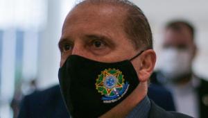 Onyx Lorenzoni veste uma máscara preta com o símbolo da república e a inscrição Ministério da Cidadania