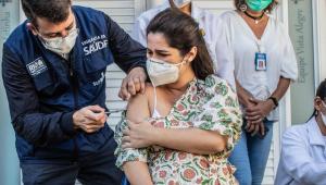 Secretário Municipal de Saúde do Rio de Janeiro (RJ), Daniel Soranz, vacinando uma gestante na Clínica da Família Estácio de Sá, zona norte do Rio de Janeiro