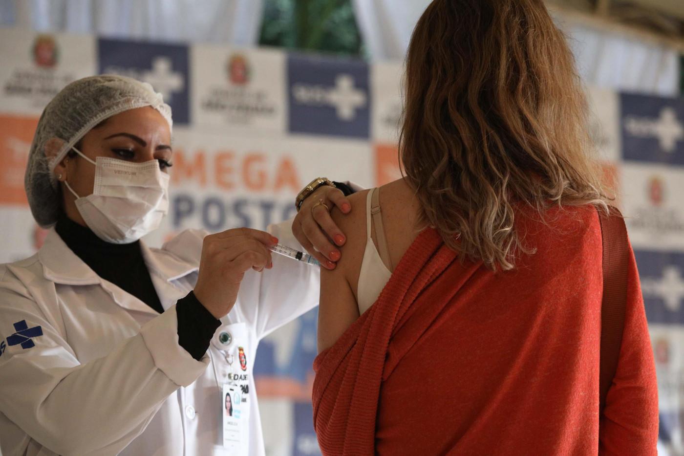 Profissional da saúde aplica a vacina