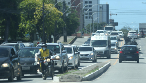Trânsito de carros em uma via de Recife