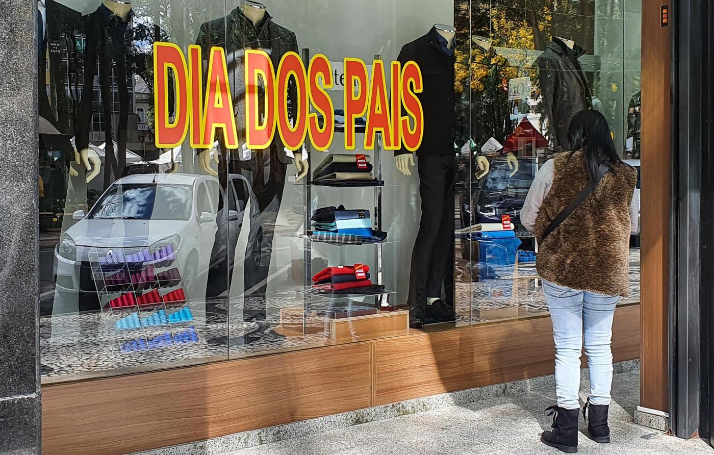 Pessoas fazendo compras em lojas de rua