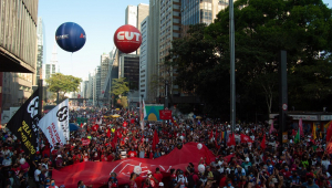Milhares de manifestantes, a maior vestindo vermelho, tomam a avenida Paulista em protesto contra Bolsonaro