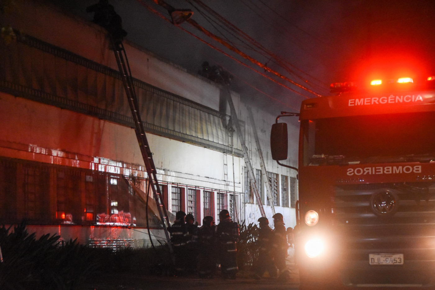 bombeiros controlando incêndio em galpão da cinemateca