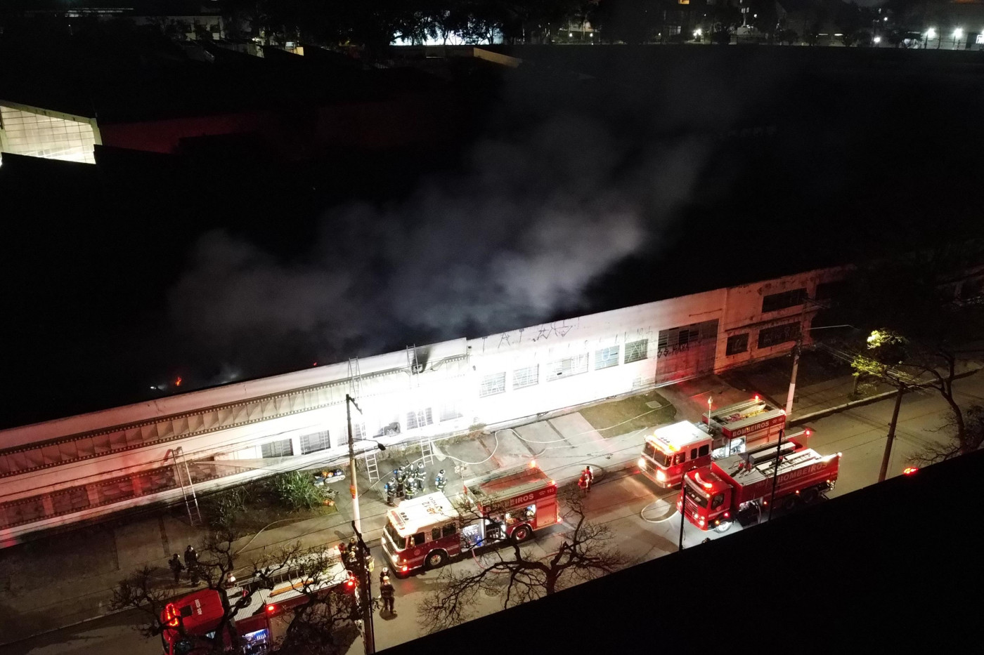Estabelecimento com corpo de bombeiros na frente após apagar incêndio