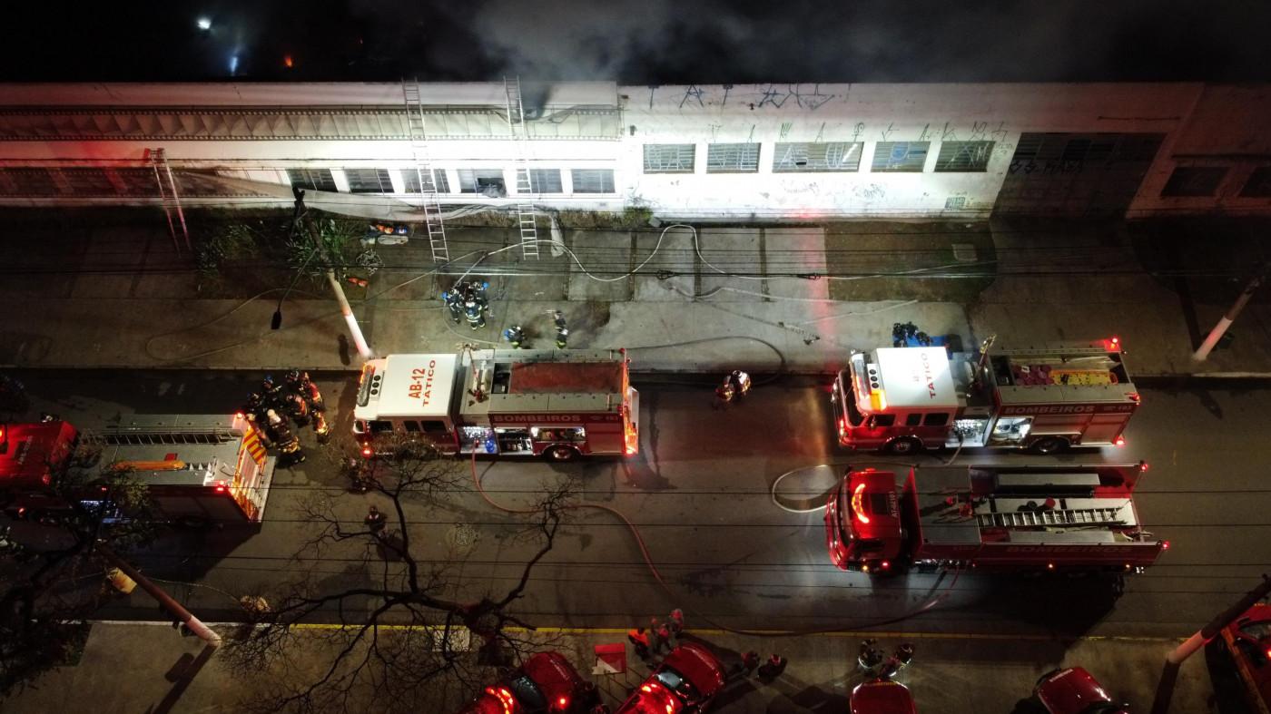 Vista aérea da fumaça causada pelo incêndio na fumaça