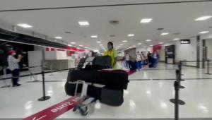 Gabriel Medina desembarcando na cidade de Tóquio para a disputa dos Jogos Olímpicos