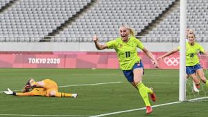 Blackstenius comemorando gol da Suécia contra os EUA
